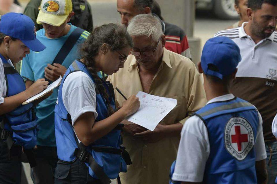 Largas colas en Caracas para recibir ayuda humanitaria de la Cruz Roja