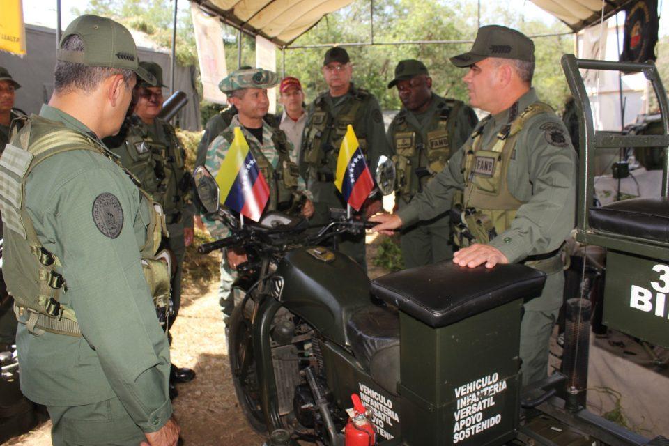 Régimen chavista continúa exhibiendo armas mientras crisis incrementa en Venezuela