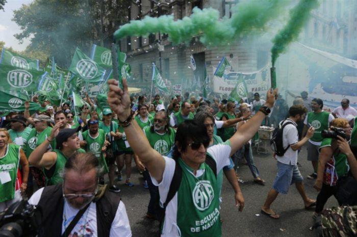 Funcionarios públicos de Argentina se paralizan y van a la calle por la alta inflación