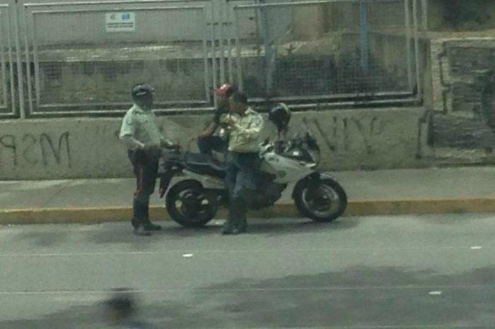 ¡Captados! Vecinos de la avenida Rómulo Gallegos denuncian presuntos actos ilícitos de PoliSucre