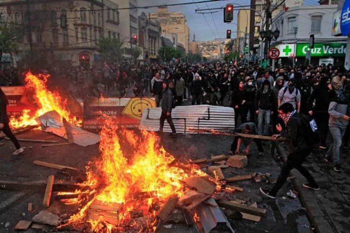 Así es como altos funcionarios chavistas promueven protestas en Chile con fotos y noticias falsas