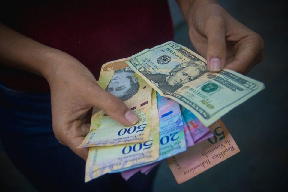 Ecoanalítica alerta que el dólar podría llegar a los 90 mil bolívares en diciembre