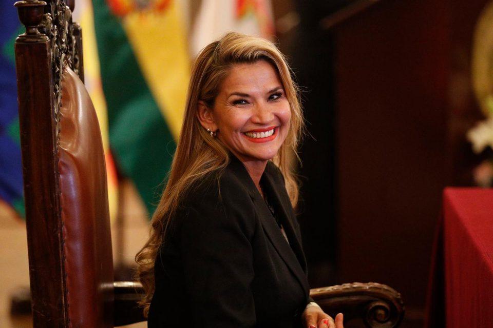 Bolivianos se enorgullecen de Jeanine Áñez por viajar en vuelo comercial