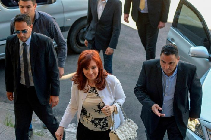 Cristina Fernández llega a Tribunal argentino para declarar en caso de corrupción
