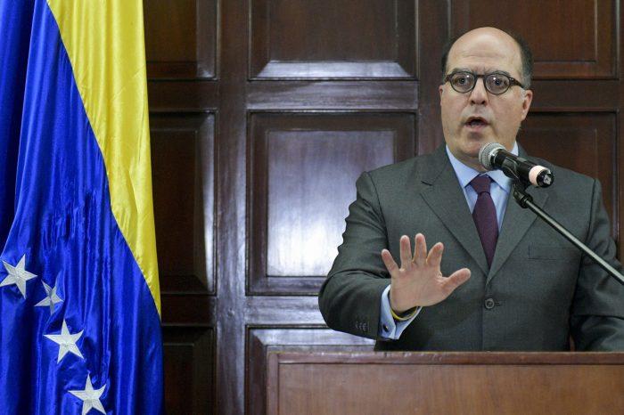 Borges alerta a la comunidad internacional de ataques por parte de paramilitares contra Guaidó