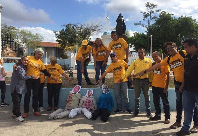 """Venezolanos quemaron a """"Judas"""" Luis Parra por """"traidor"""" (Videos)"""
