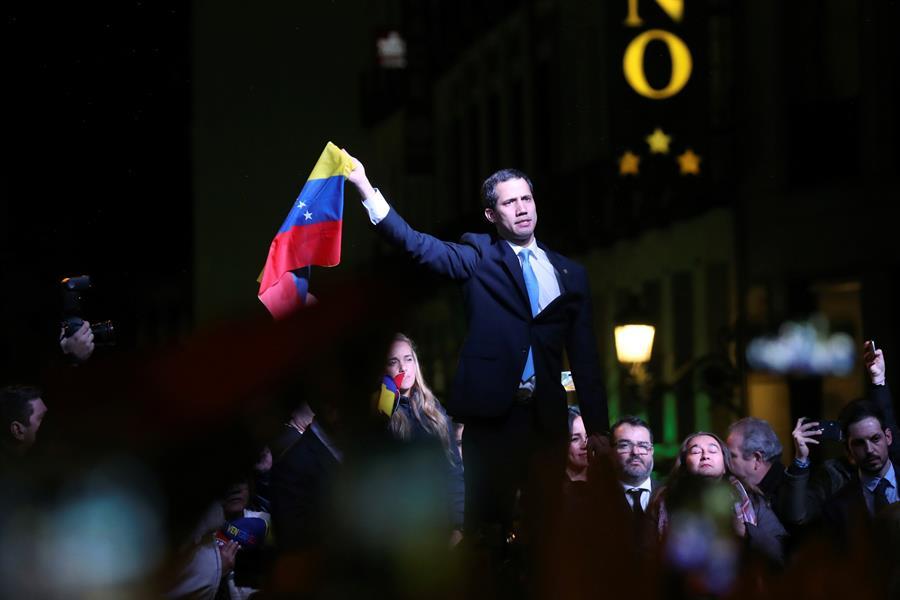 Guaidó juró libertad para Venezuela en medio de una multitud en España