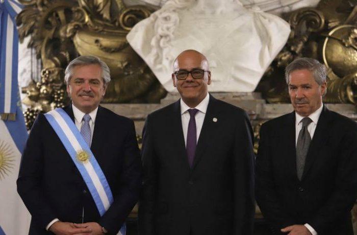 Ministro del régimen será investigado por viajar a Argentina
