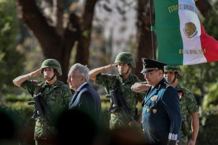 """Así es como López Obrador está """"comprando"""" a las Fuerzas Armadas en México"""