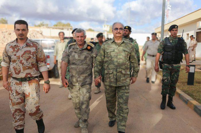 General libio aliado de Maduro enfrenta futuro incierto tras numerosas deserciones