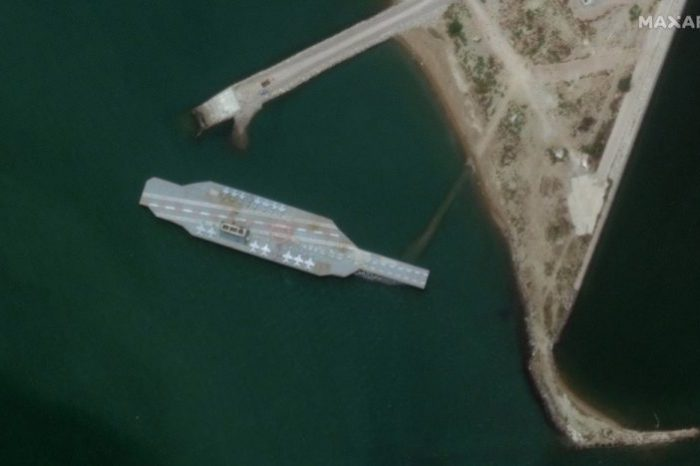 Irán mueve réplica del portaavión norteamericano USS Nimitz al estrecho de Ormuz para simular maniobras de ataque