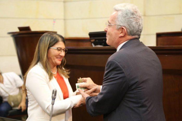 Amante de 'Tirofijo' se posiciona en el Senado colombiano y Uribe la alaba