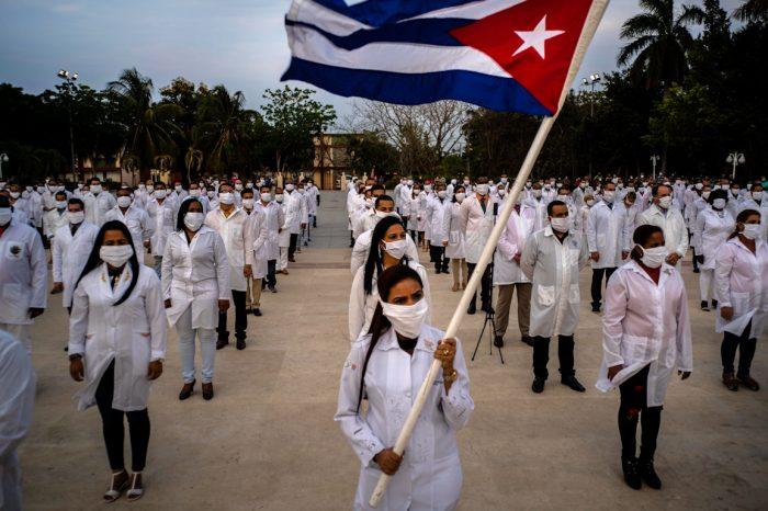 Alabados por la propaganda comunista, los médicos cubanos son ahora repudiados en Latinoamérica