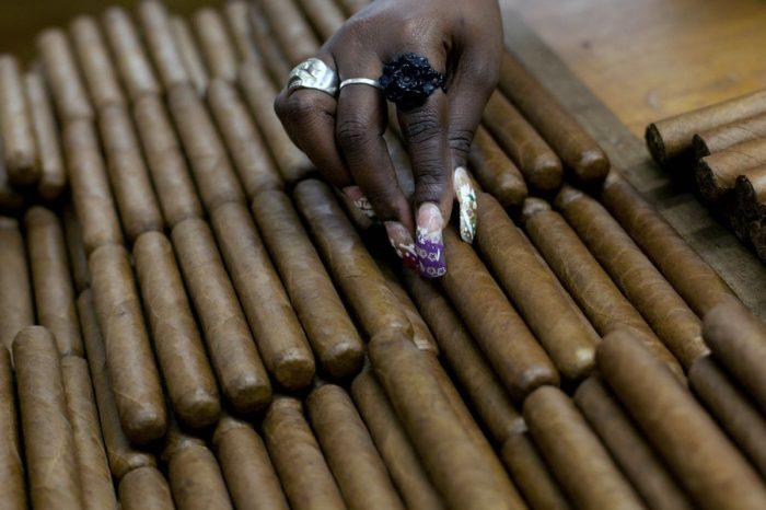 Tabaco, ron y turismo, los objetivos de las nuevas sanciones de Trump al comunismo cubano