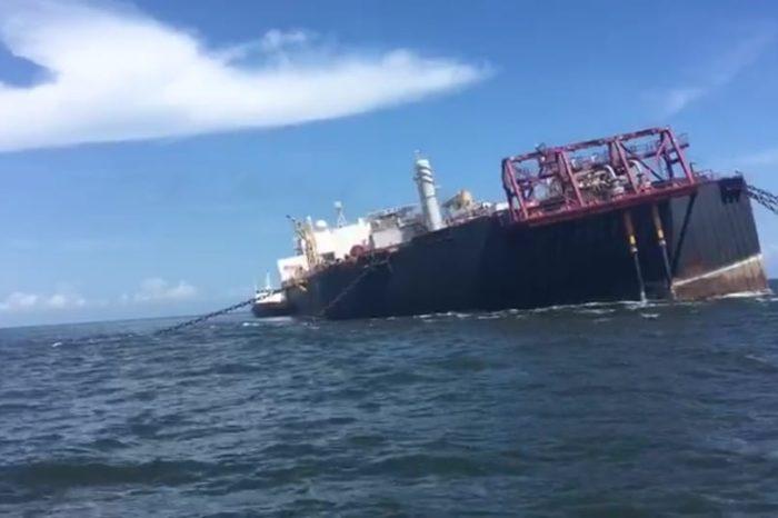 Con reparaciones de emergencia intentan evitar hundimiento del Nabarima (VIDEO)