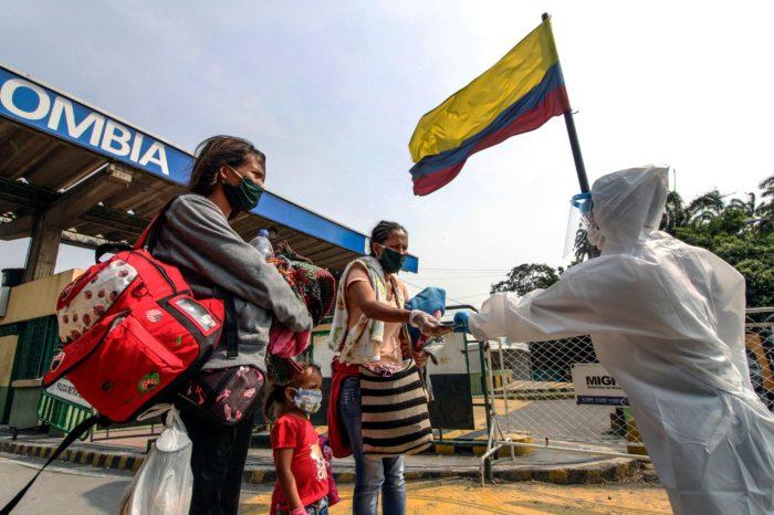 Narcoguerrilla aliada de Maduro acosa a migrantes venezolanos en Colombia