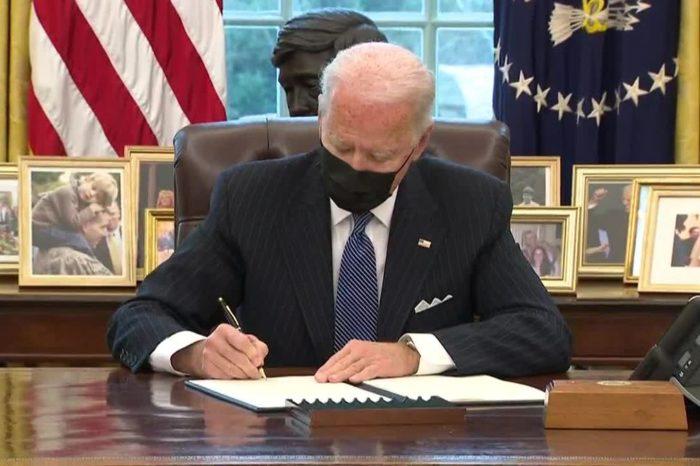 ¿Un decreto de Joe Biden eliminó los baños 'solo para mujeres'?