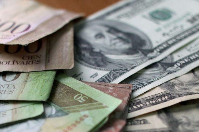 Régimen de Maduro anuncia campaña para incautar dólares a los comerciantes