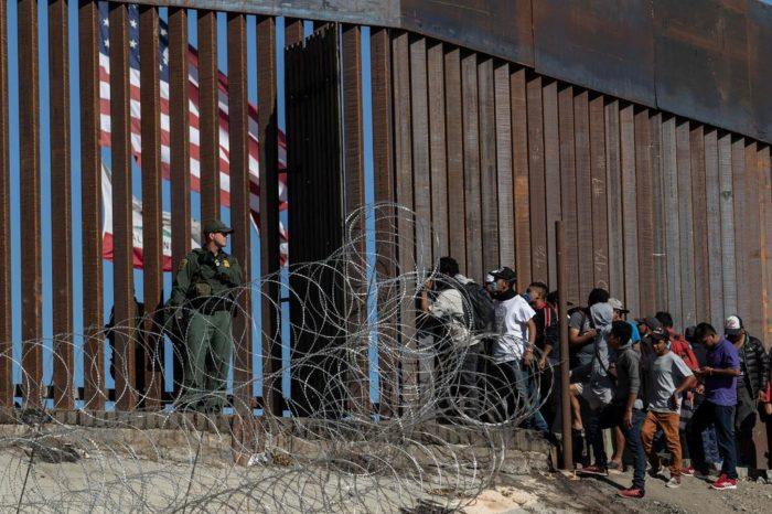"""Administración Biden culpa a Trump de la crisis en la frontera y dice a migrantes que """"no vengan"""""""