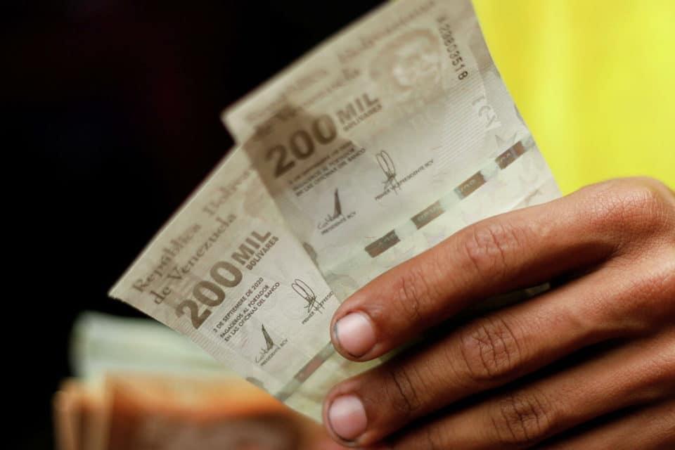 maduro-aumenta-el-salario-minimo-en-venezuela-a-menos-de-4-dolares - primer informe