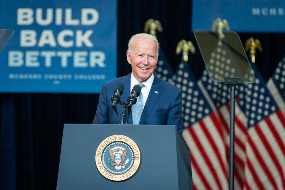 Política migratoria de Biden bajo el fuego de demócratas y republicanos