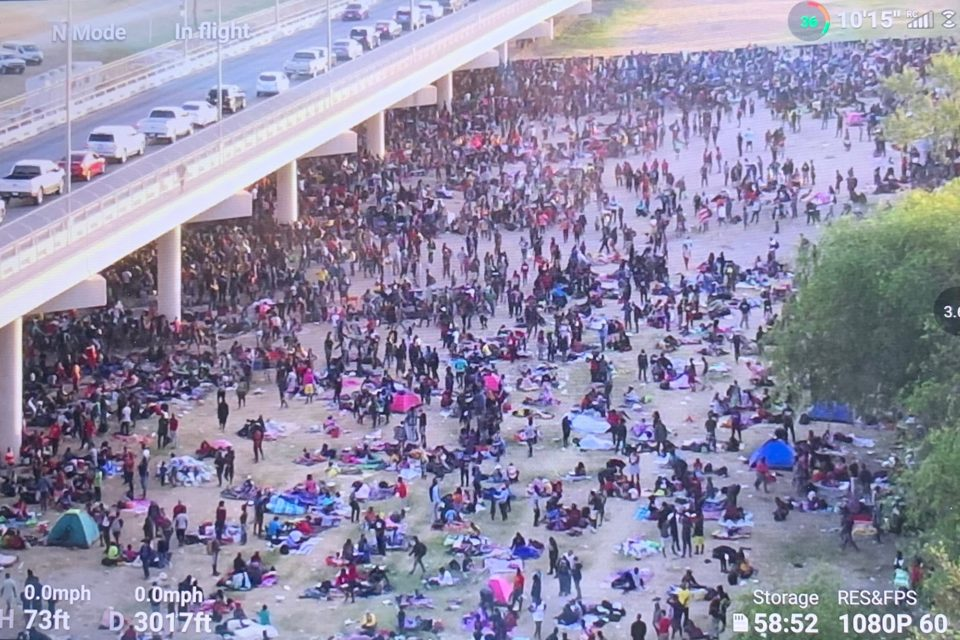 Miles de Inmigrantes ilegales son retenidos debajo de un puente en Texas