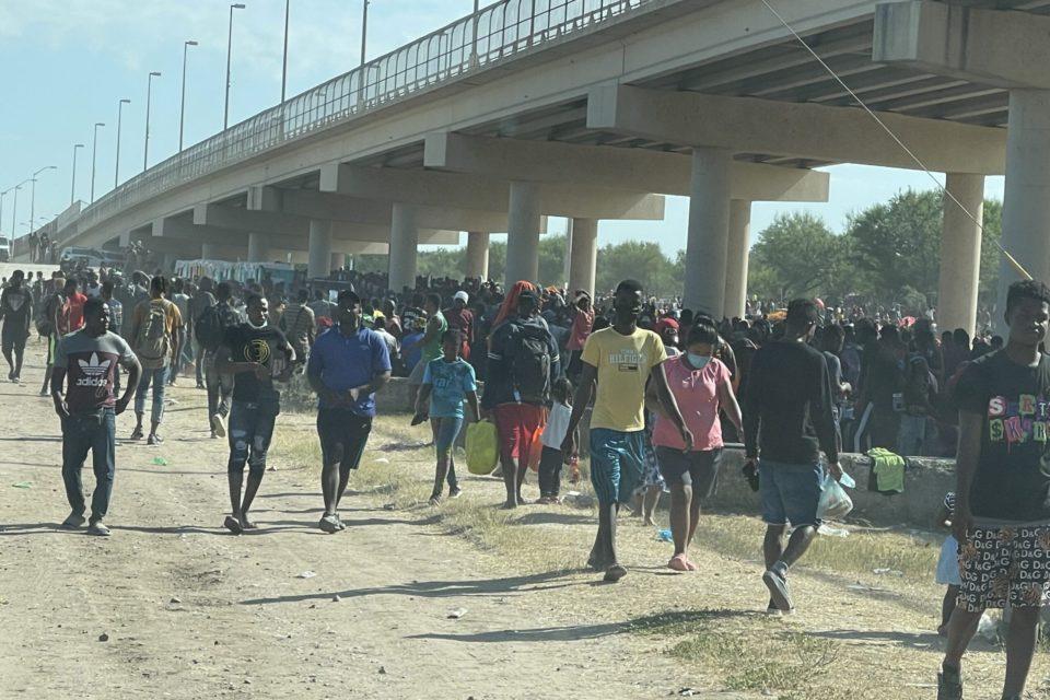 esto-es-lo-que-hara-la-administracion-biden-con-los-inmigrantes-ilegales-que-permanecen-bajo-el-puente-de-texas